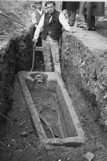Museum photo of 1906 grave find